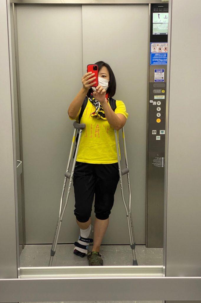 足を骨折して松葉杖のカーチャン